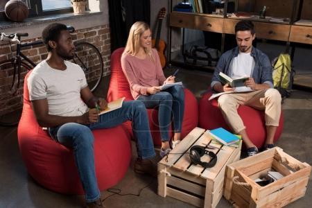 Photo pour Étudiants multiethniques avec livres étudient ensemble à la maison - image libre de droit