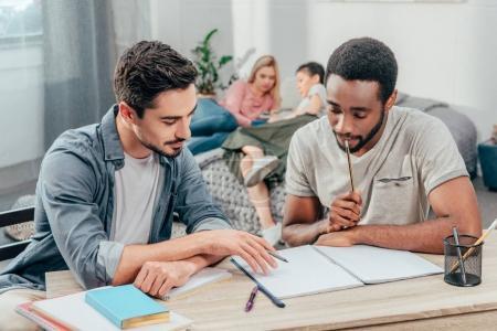 Photo pour Jeunes étudiants concentrés étudiant à la maison - image libre de droit