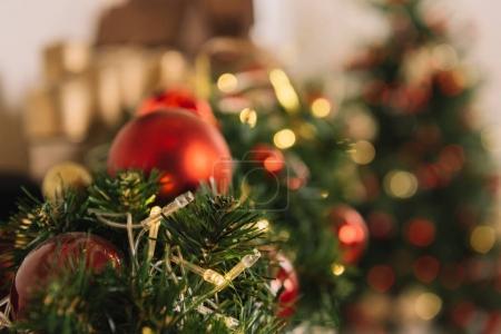 Photo pour Vue rapprochée des décorations de Noël festives avec des boules rouges - image libre de droit