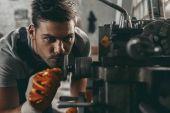 """Постер, картина, фотообои """"механик, работающий в цехе"""""""