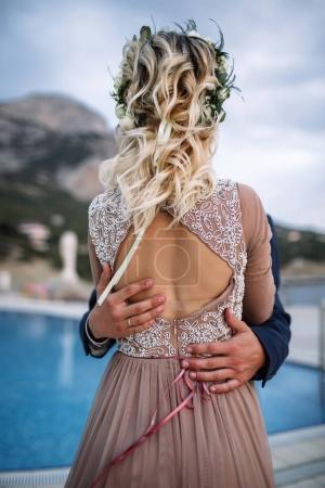 Photo pour Mariée et marié à la réception côté piscine après leur réception de mariage - image libre de droit