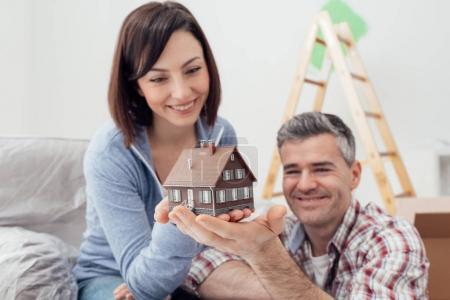 Foto de Pareja celebración modelo sueño casa juntos, renovación de la casa y el concepto de bienes raíces - Imagen libre de derechos