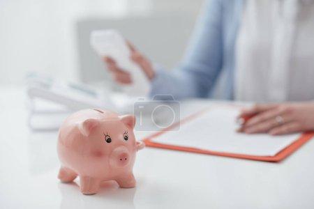 Photo pour Femme assise à table avec contrat et appel conseiller financier, bancaire, planification financière et assurance concept - image libre de droit
