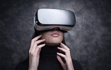 Photo pour Jeune femme portant un spectateur VR et faisant l'expérience de la réalité virtuelle, de la technologie et du concept d'innovation - image libre de droit