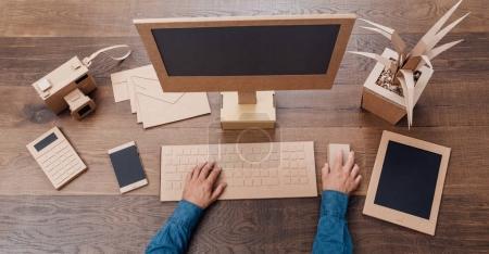 Homme d'affaires travaillant dans un bureau de création