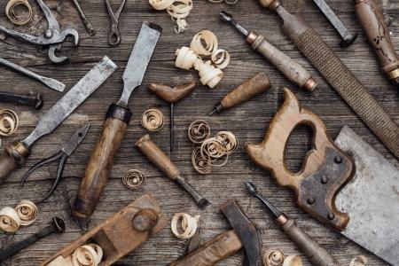 Photo pour Vieux outils de menuiserie usagés sur un établi vintage : menuiserie, artisanat et concept de travail manuel - image libre de droit