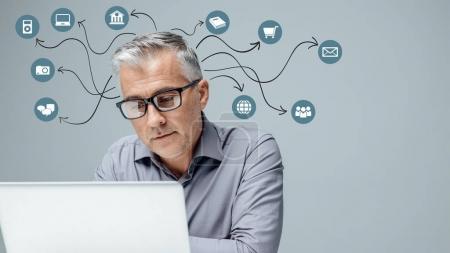 Photo pour Homme d'affaires professionnel travaillant avec un ordinateur portable, réseautage en ligne et en utilisant des applications, expérience utilisateur et concept d'interaction - image libre de droit