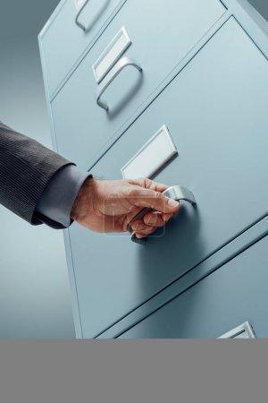 Photo pour Commis de bureau, recherche de fichiers dans un concept de stockage de données, administration des affaires et tiroir classeur - image libre de droit