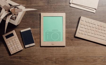 Créative respectueux de l'environnement de bureau avec tablette, smartphone et objets en carton recyclé