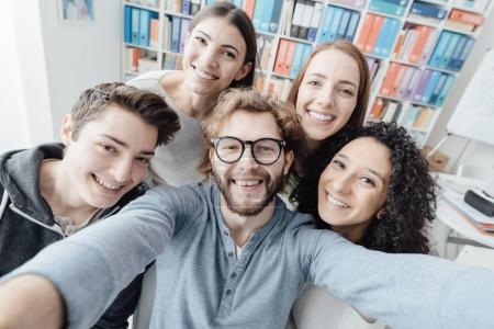 Photo pour Les étudiants prennent un selfie ensemble et souriant, concept de convivialité et de loisirs - image libre de droit