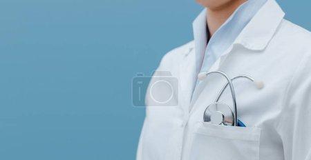 Photo pour Médecin professionnel avec stéthoscope et blouse rapprochée, professionnels de la santé - image libre de droit