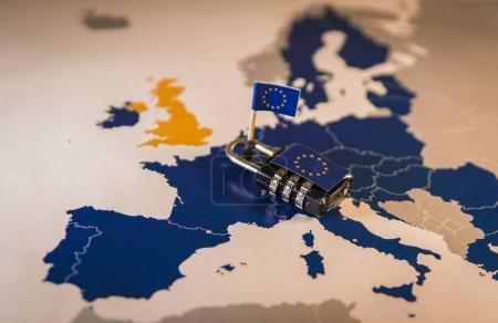 Photo pour Cadenas sur la carte de l'UE, symbolisant le règlement sur la Protection des données générales UE ou PIBR. conçu pour harmoniser les lois sur la confidentialité des données à travers l'Europe. - image libre de droit