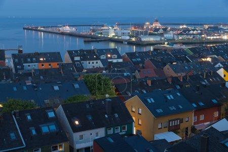 Photo pour Village de vue aérienne de nuit Helgoland avec vue sur le port et northsea - image libre de droit