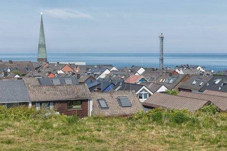 Photo pour Toits de vue aérienne du village allemand de l'île Helgoland avec mât église de tour et de la communication - image libre de droit