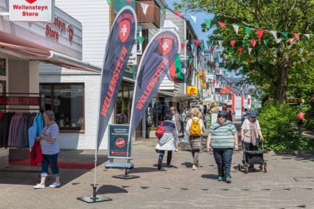 Photo pour Helgoland, Allemagne - 22 mai 2017: Shopping les gens dans la rue principale de Helgoland de nombreux panneaux d'affichage. Excursionnistes viennent sur l'île pour faire du shopping hors taxes - image libre de droit