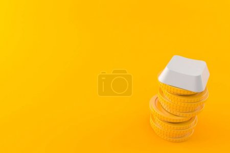 Photo pour Clé d'ordinateur avec pile de pièces isolées sur fond orange. Illustration 3d - image libre de droit