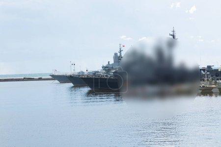 Photo pour Des marins de marine russes travaillent sur le pont d'un navire militaire amarré au quai et estompée giratoire - image libre de droit
