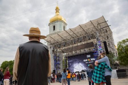 Photo pour Kiev, Ukraine - 30 avril 2017: Personnes sur la place de Sofiivska près de zone de ventilateur concours concours Eurovision de la chanson à Kiev, Ukraine - image libre de droit