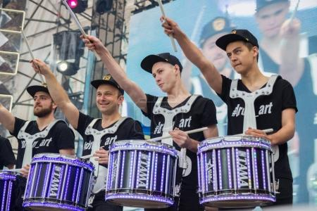 Photo pour KYIV, UKRAINE - APRIL 30, 2017: Drummers on stage of Eurovision song contest  fan zone on Sofiivska Square in Kyiv, Ukraine - image libre de droit