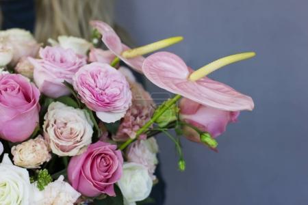 der schöne Strauß verschiedener Rosen in weißer Schachtel