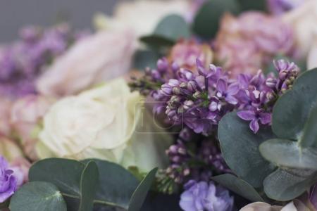 Flieder und Eukalyptus in einem großen zarten Bouquet