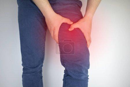 Un hombre sufre de dolor de cadera. El concepto de tratar una articulación de cadera para trauma, plantación u osteoartritis .