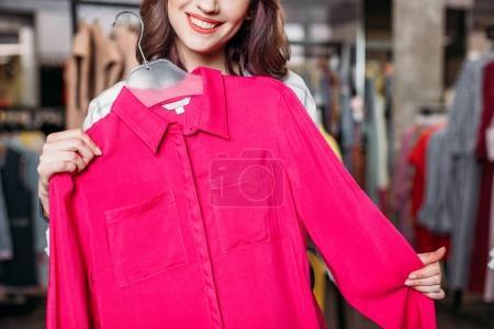 Photo pour Jeune fille hipster coûteux choisir des vêtements dans le centre commercial, concept shopping boutique - image libre de droit