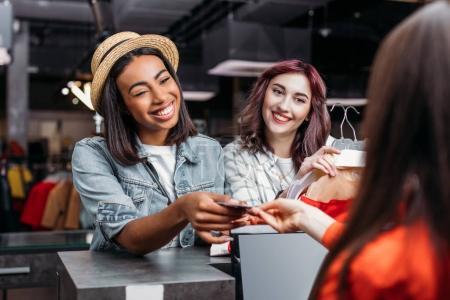 Mädchen bezahlt mit Kreditkarte