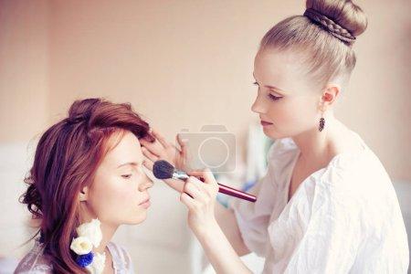 Photo pour Styliste fait mariée maquillage avant le mariage - image libre de droit