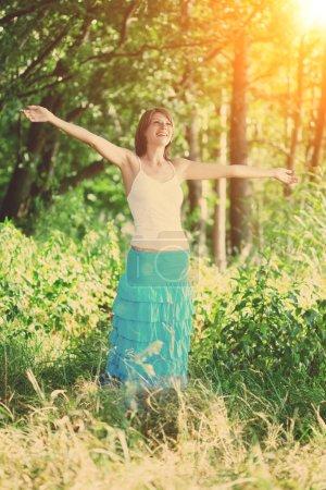 Photo pour L'image d'une belle jeune fille dans une forêt de l'été - image libre de droit