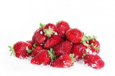 Photo pour Gros plan de tas de fraises fraîches et propres isolées sur fond de fruits frais blancs - image libre de droit