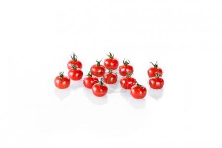 Photo pour Tas de tomates cerises humides propres isolées sur blanc, légumes frais sur blanc - image libre de droit