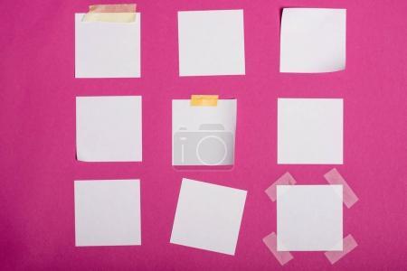 Photo pour Vue rapprochée de notes blanches autocollantes isolées sur rose - image libre de droit