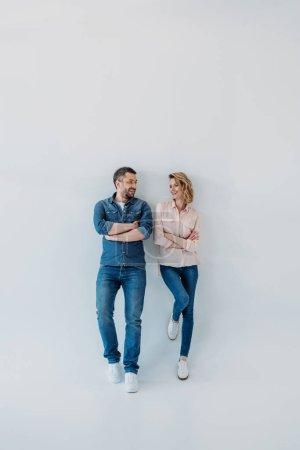 Photo pour Jeune souriant couple debout avec les bras croisés - image libre de droit