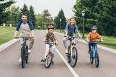 """Постер, картина, фотообои """"семьи езда велосипеды"""""""