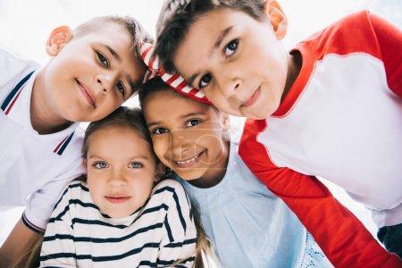 Photo pour Gros plan portrait d'enfants multiethniques heureux debout ensemble et souriant à la caméra - image libre de droit