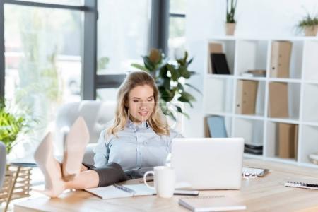 Photo pour Portrait de femme souriante travaillant sur ordinateur portable au lieu de travail au bureau - image libre de droit