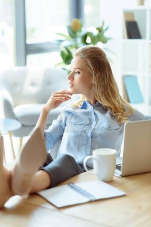 Photo pour Cher femme d'affaires regardant loin tandis que assis sur le lieu de travail dans le bureau - image libre de droit