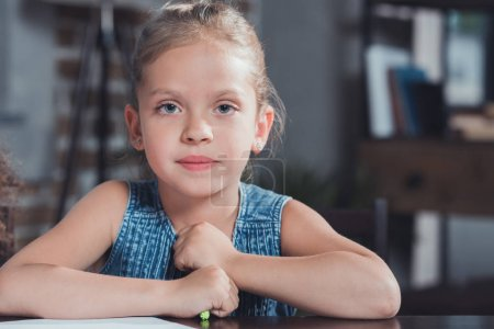 Photo pour Portrait de adorable petite fille avec marqueur coloré dans les mains regardant la caméra - image libre de droit