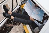"""Постер, картина, фотообои """"путешественник с картой в микроавтобусе"""""""