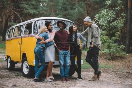 Photo pour Jeunes amis multiethniques passer du temps ensemble en minifourgonnette rétro dans la forêt - image libre de droit