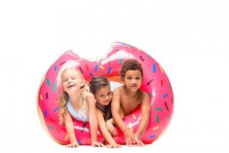 Foto de Hermosa multiétnicos niños divirtiéndose con el tubo del baño aislado en blanco - Imagen libre de derechos