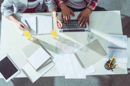 Schüler mit Laptop und Notebooks