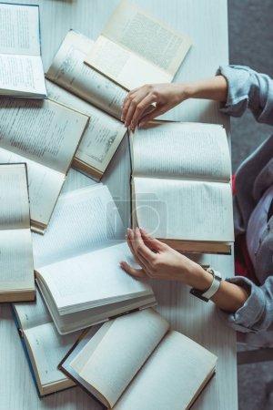 Photo pour Plan recadré de jeune étudiante étudiant avec des livres - image libre de droit