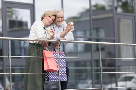 Photo pour Femme et mari, boire du café après le shopping - image libre de droit