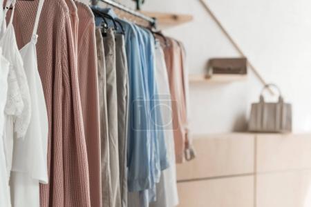 Photo pour Vue rapprochée du rack avec des vêtements dans un magasin - image libre de droit