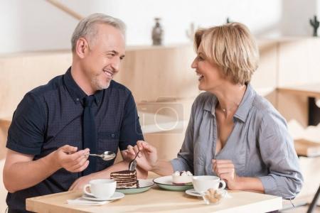 Couple manger des bonbons au café