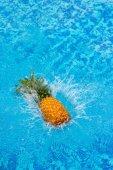 "Постер, картина, фотообои ""ананас, падающих в воду"""