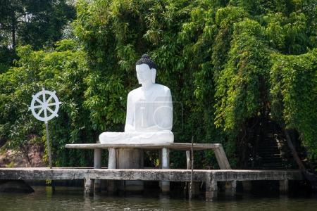 Photo pour Statue de Bouddha sur la rive du fleuve au Sri Lanka - image libre de droit