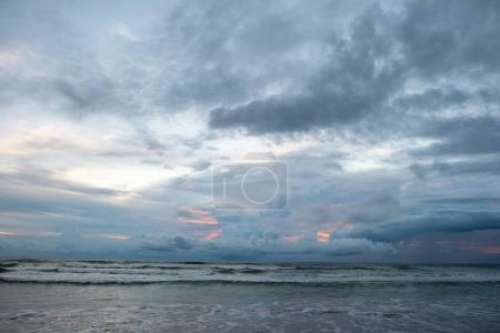 Photo pour Beau paysage marin lors d'une soirée nuageuse avec des vagues orageuses - image libre de droit